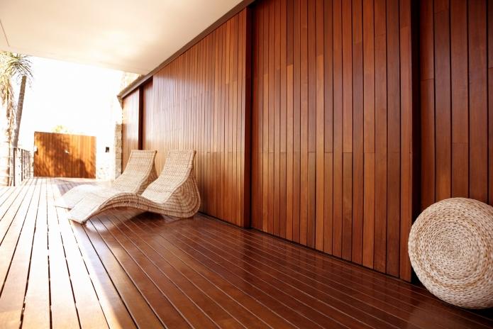 chão e paredes revestidas de madeiras, ambiente, limpo e calmo